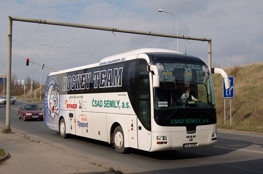 Jeden z autobusů man lion's coach spol. čsad semily, rz 2l8 9206, je